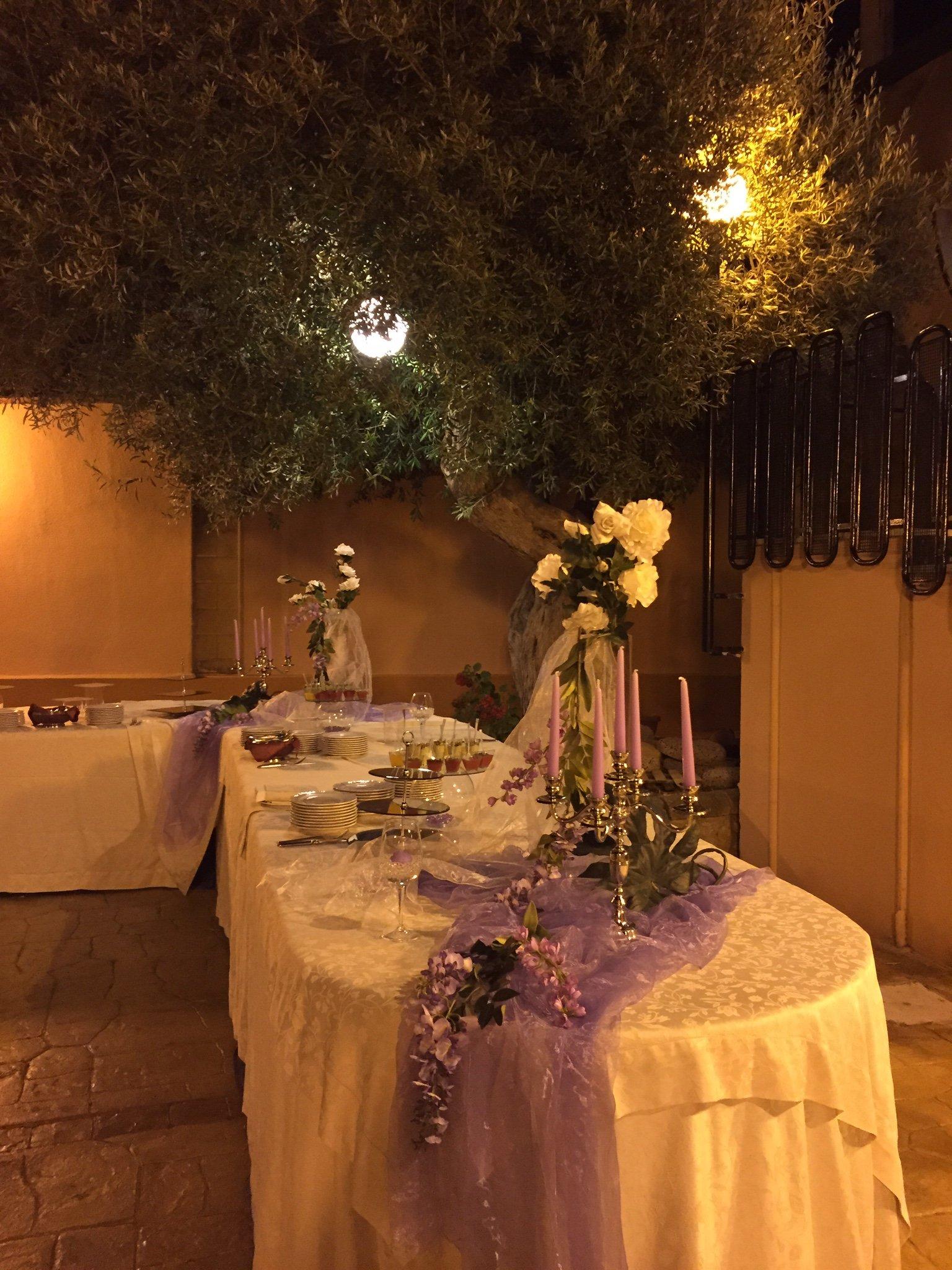Tavolo esterno addobbato