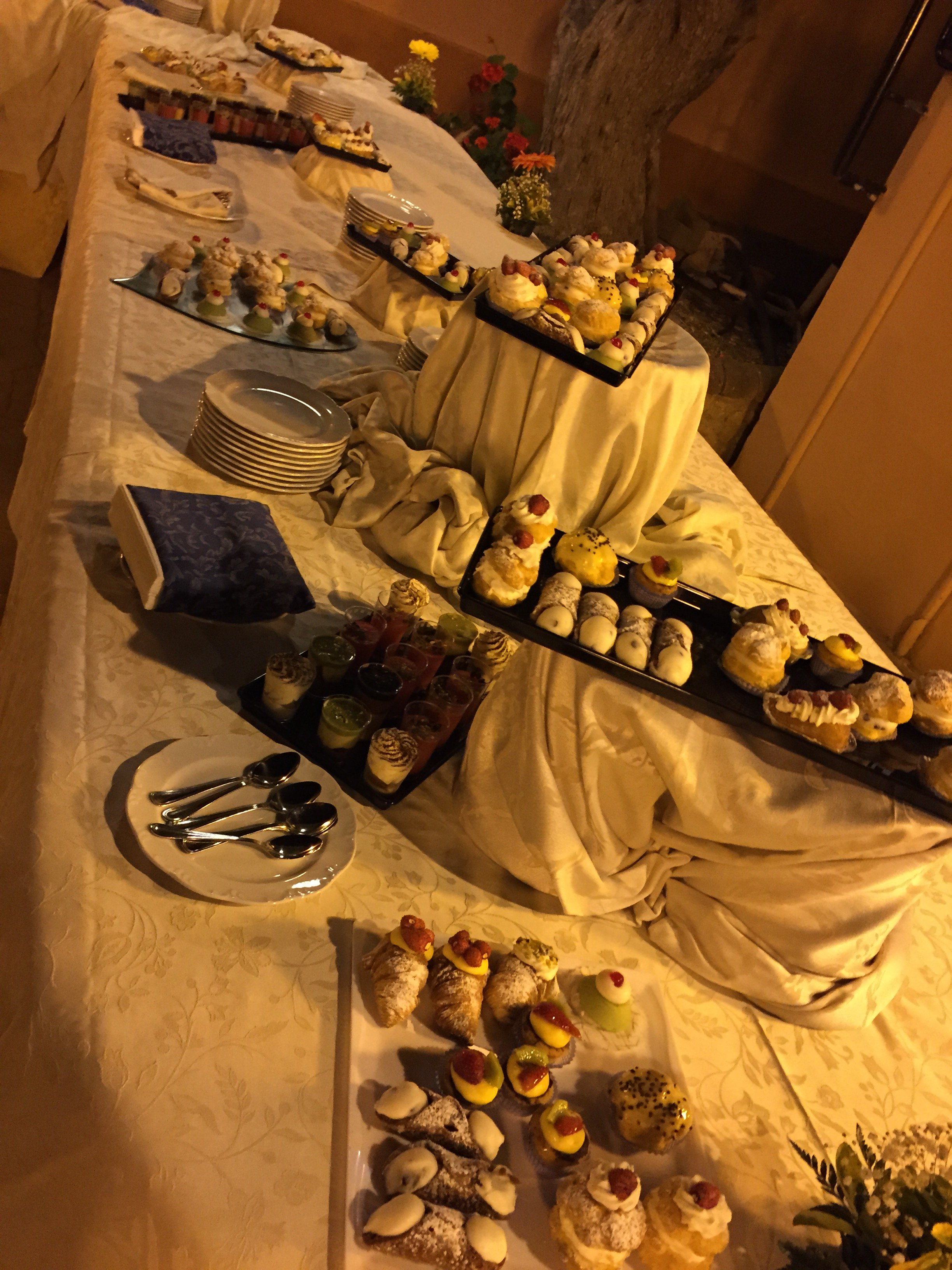 Cannoli, bignè e cassatine sul tavolo esterno