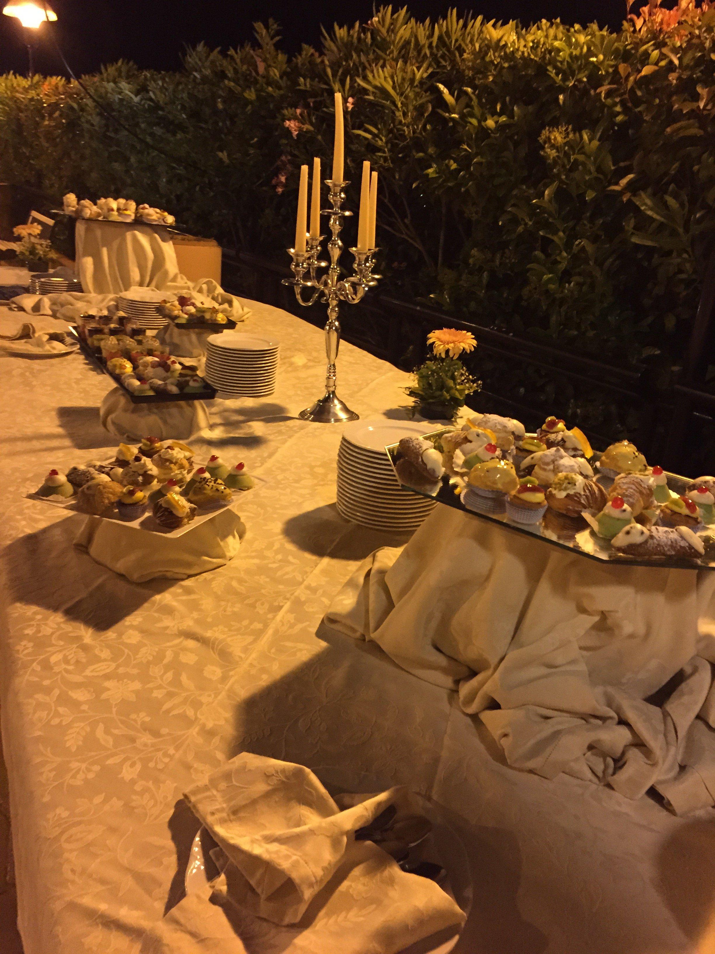 Dolci tipici siciliani sul tavolo da buffet esterno