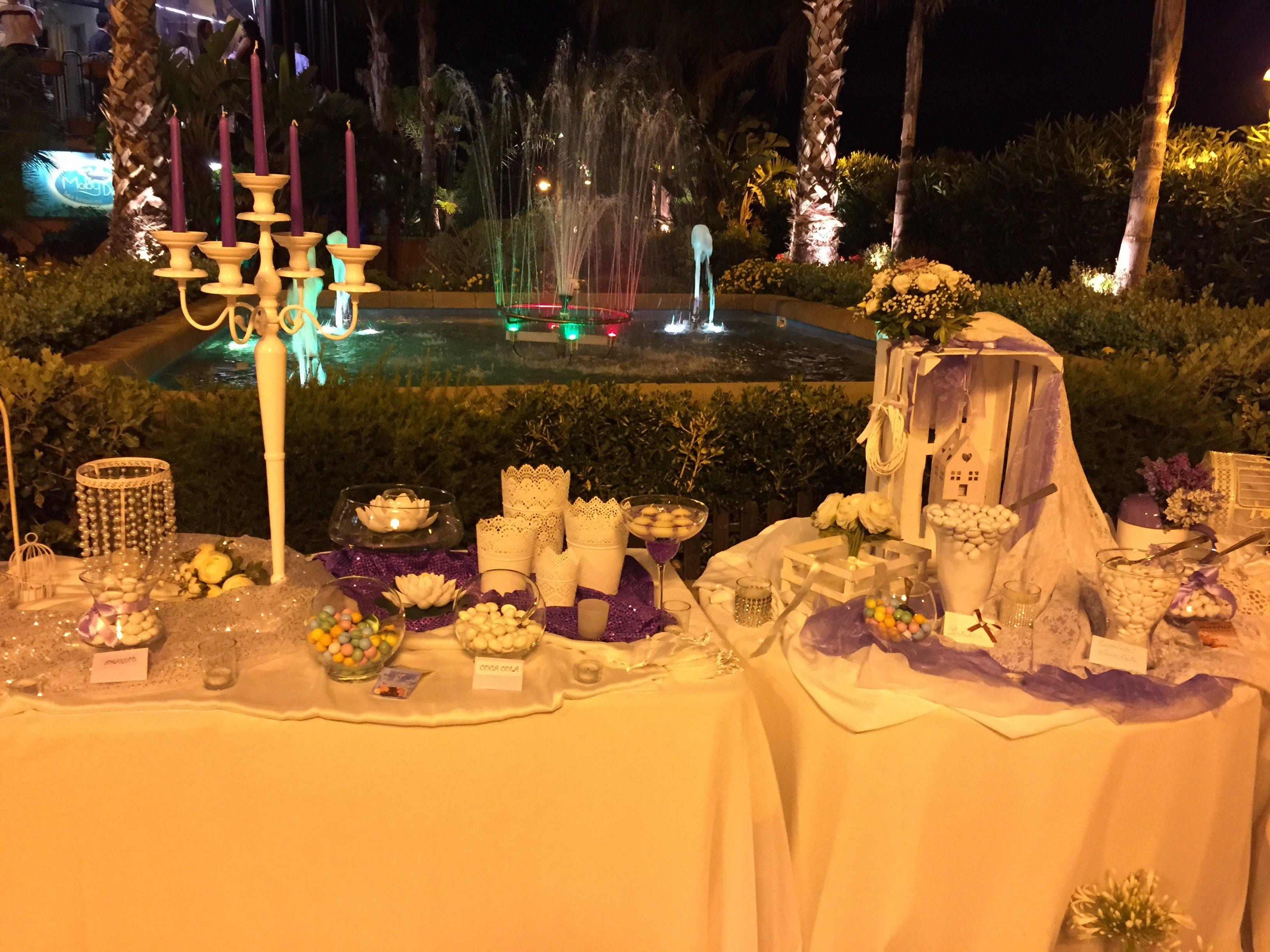 Confetti sul tavolo esterno
