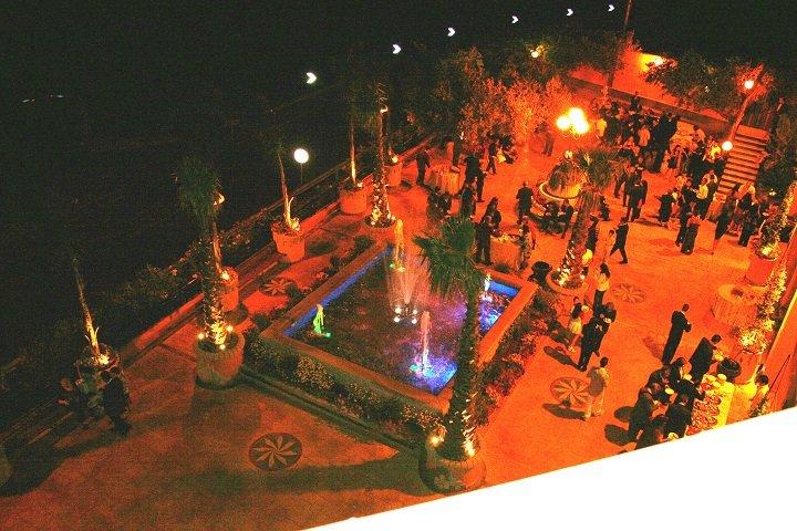 Vista dall'alto degli ospiti all'esterno del ristorante, vicino la fontana