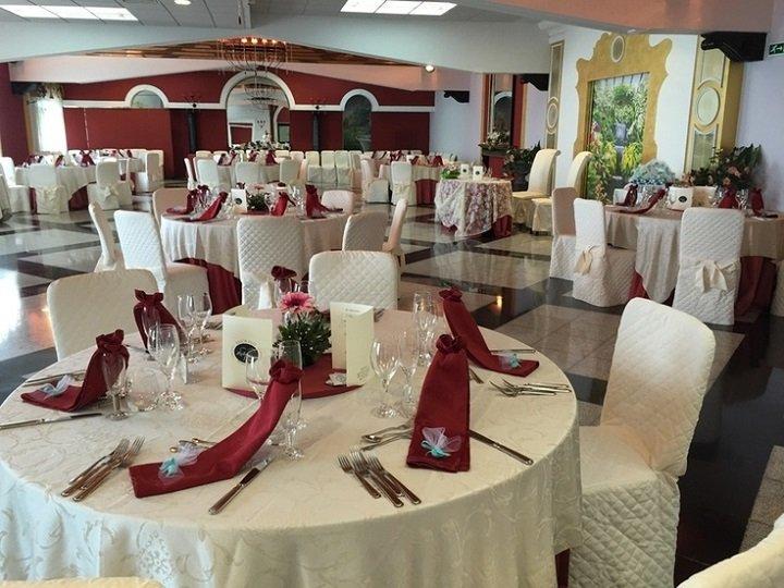 Tavoli apparecchiati in rosso e bianco