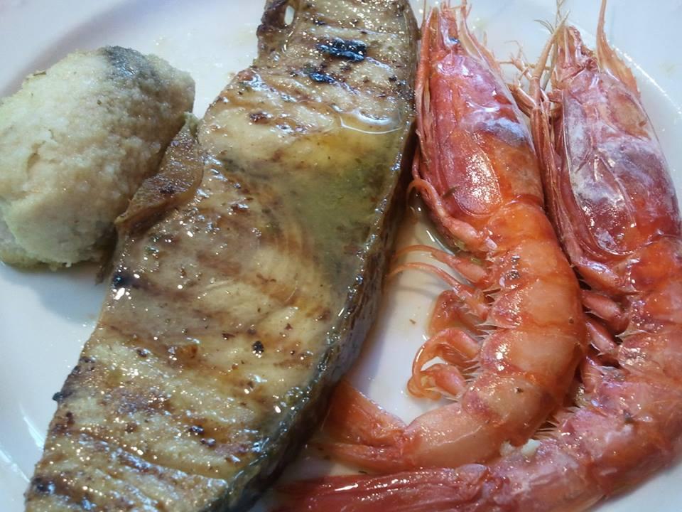 Una fetta di pesce spada e gamberoni
