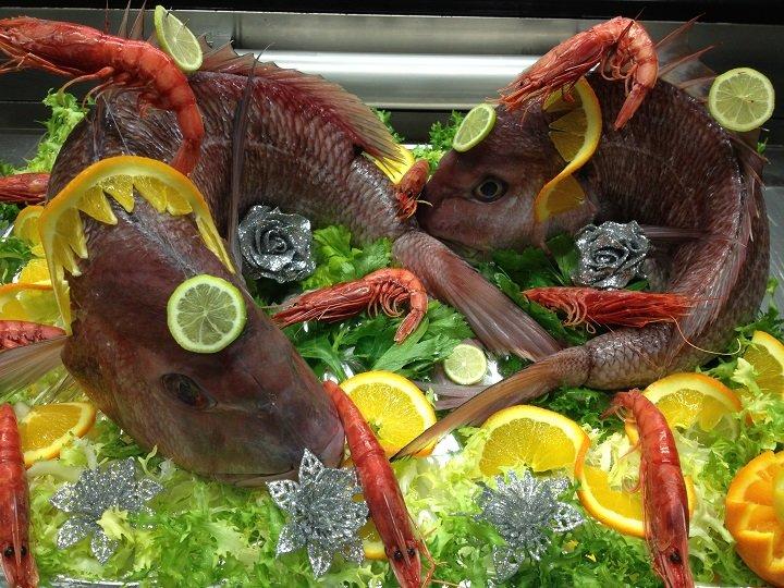 Pesce fresco e gamberetti nel bancone