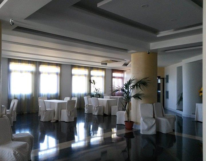 Interno sala con tavoli bianchi