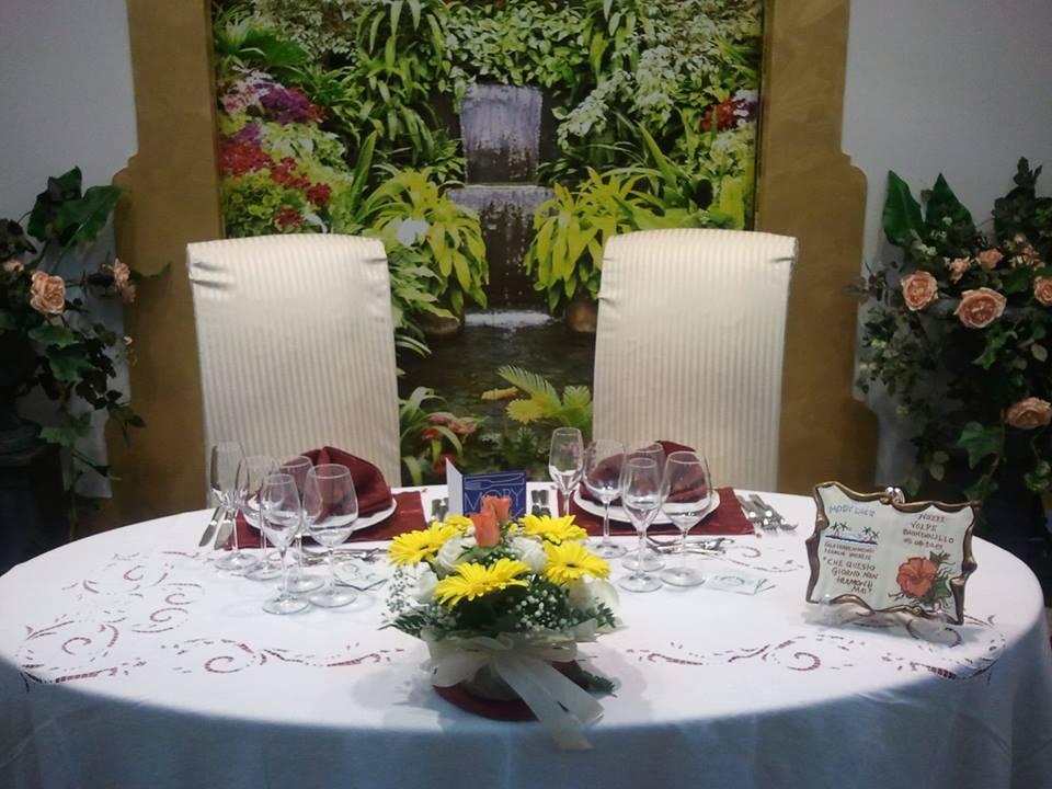 Tavolo degli sposi con bouquet