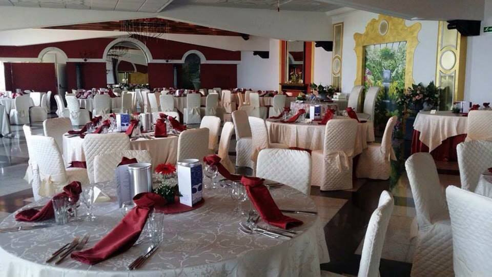 Sala ricevimenti con tavoli apparecchiati