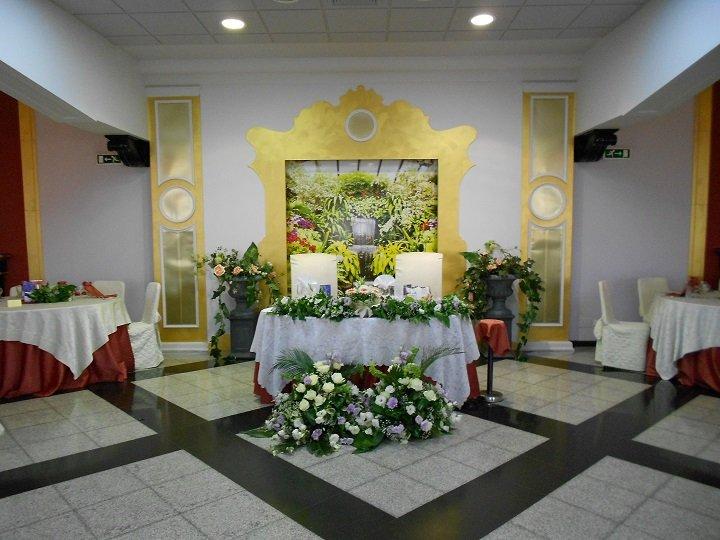 Tavolo degli sposi con composizioni floreali