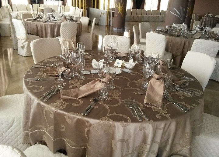 Tavolo con tovaglia dorata