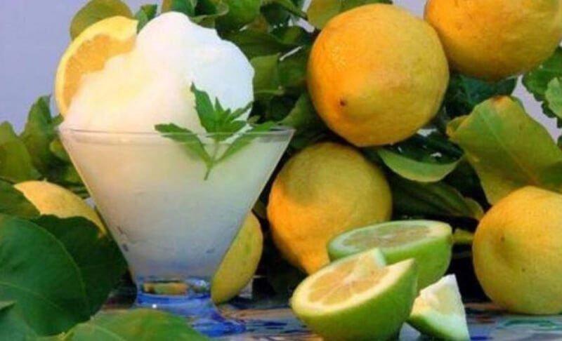 Sorbetto di limone nel piatto.