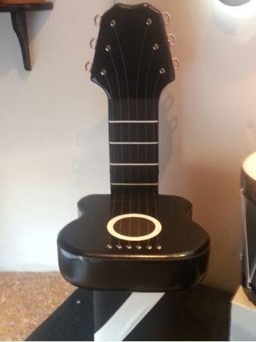 Sedia in pelle a forma di chitarra