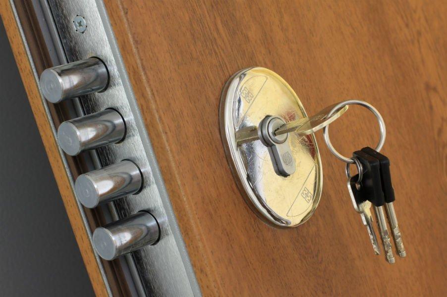 chiave in una porta blindata