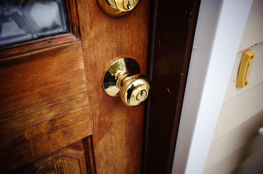 dettaglio serratura porta ingresso