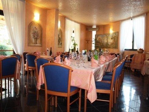 Situato sul lago di Iseo il ristorante propone una vasta scelta di piatti a base di pesce.