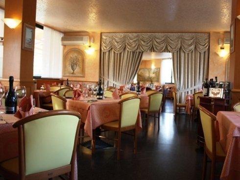 Nonna Nice vi accoglie in sale arredate con eleganza, dove potrete gustare piatti classici e ottime pizze.