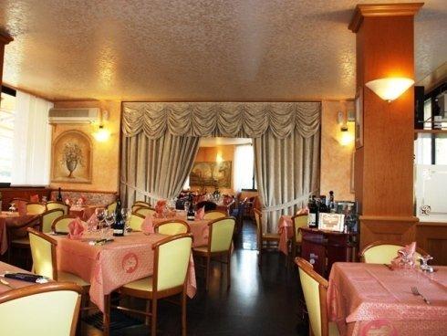 Il ristorante pizzeria dispone di ampie sale interne, ideali per organizzare ricevimenti e banchetti.