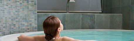 Donna di spalle in una piscina