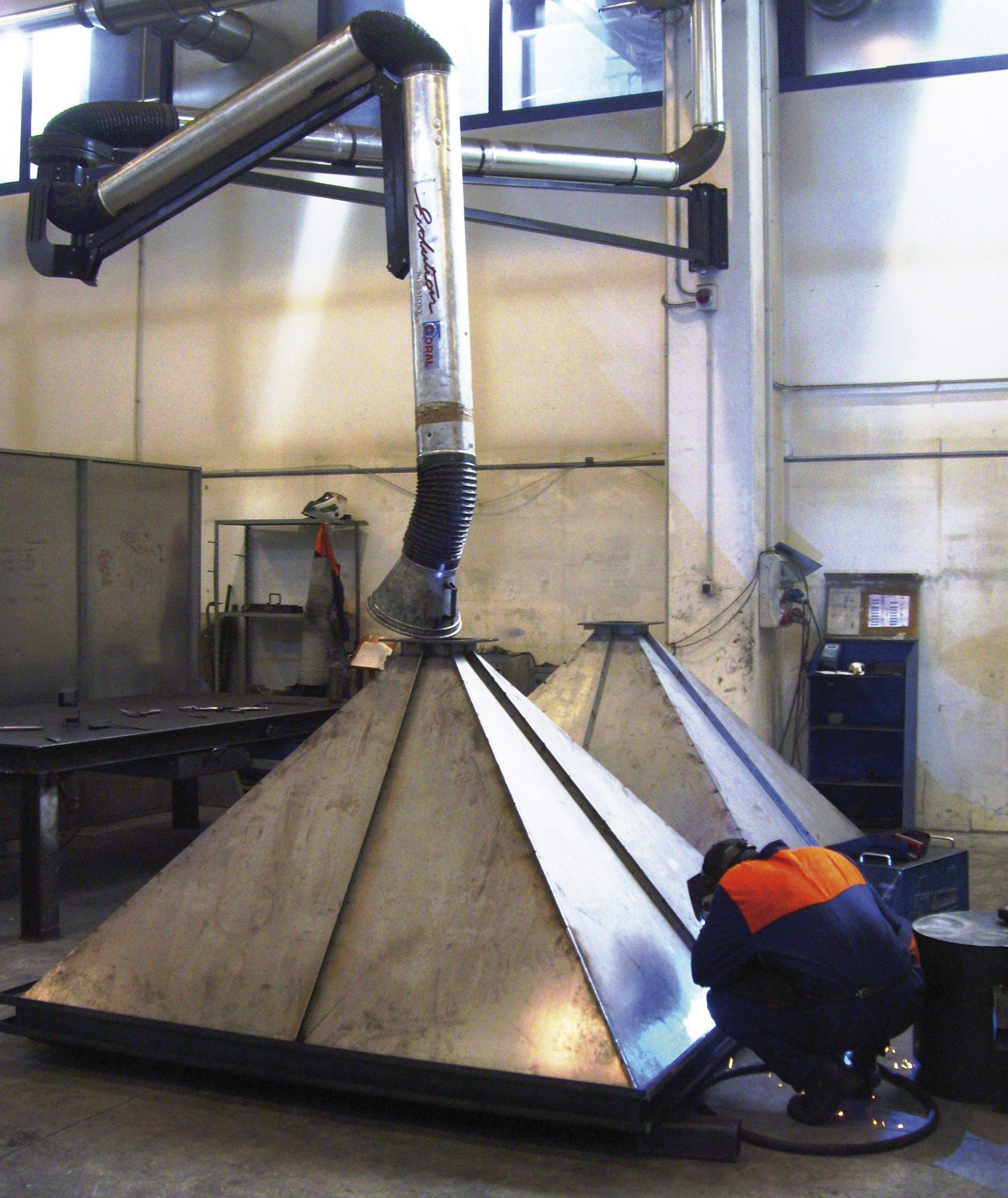operaio mentre lavora sull'impianto