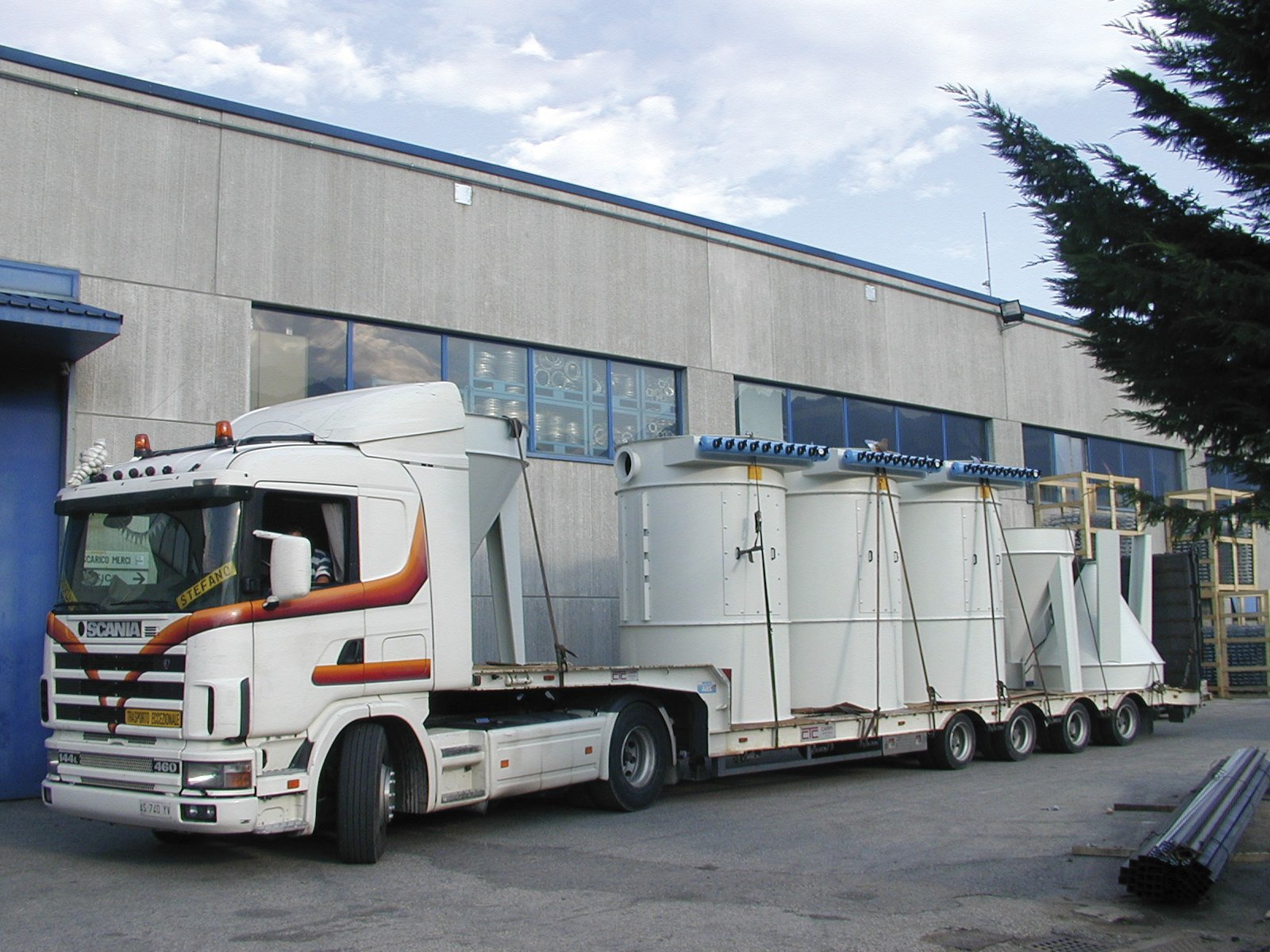 un camion bianco con il rimorchio a vista carico