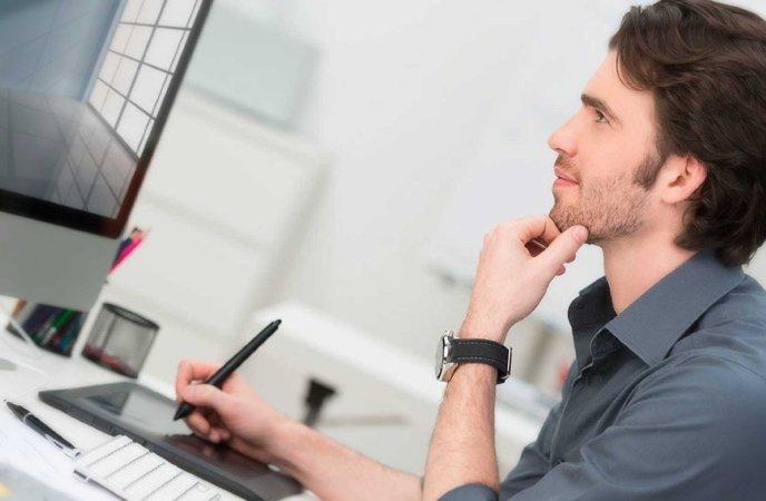 una persona durante un lavoro al computer con penna