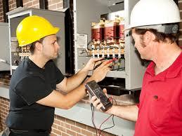 operai mentre lavorano sulla centralina elettrica