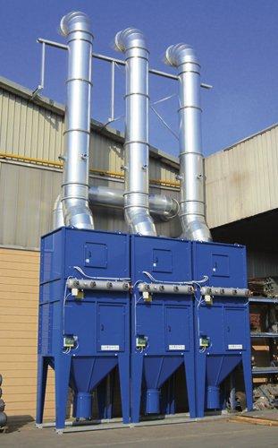 impianto di filtrazione di color blu accanto uno stabile