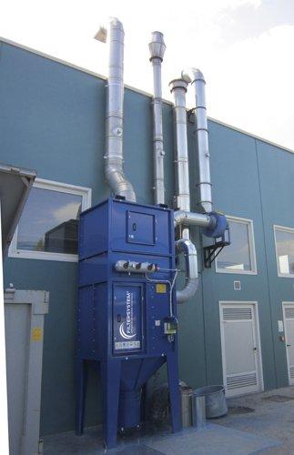 contenitori grandi di color blu con dei camini industriali