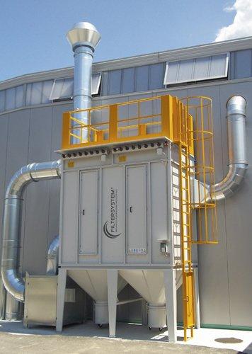 Un impianto di color grigio al esterno di una fabbrica