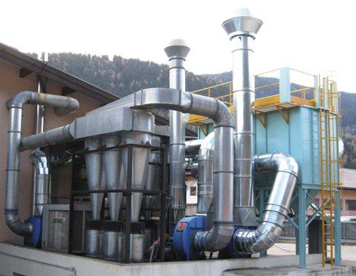 Impianti  industriali collegati con dei tubi in acciaio