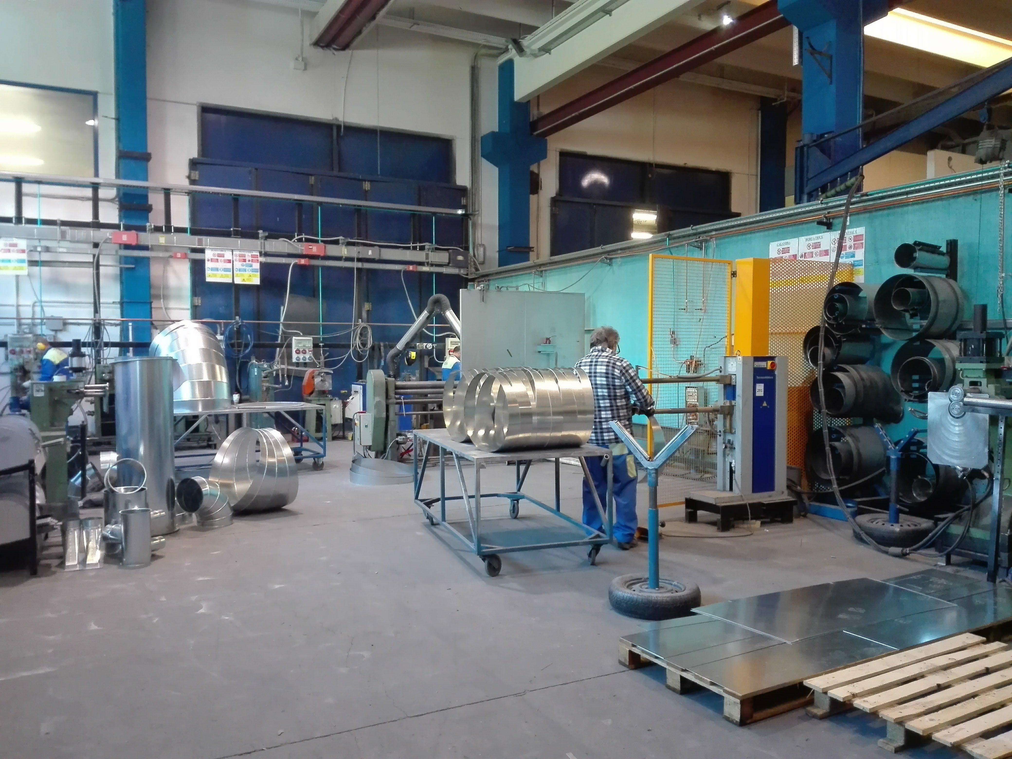 operaio metre lavora in magazzino di impianto