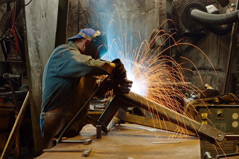 meccanico mentre lavora saldatura industriale