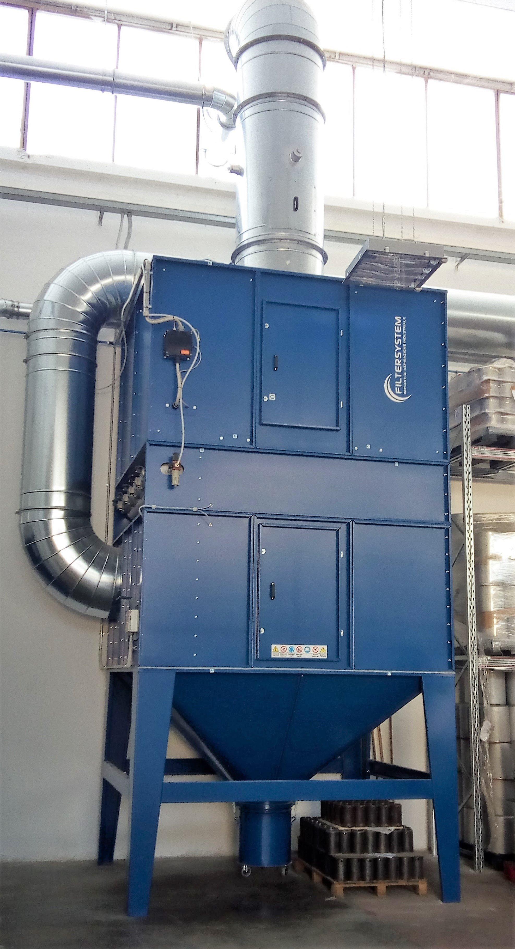 vista frontale di contenitore grandi di color blu con dei camini industriali