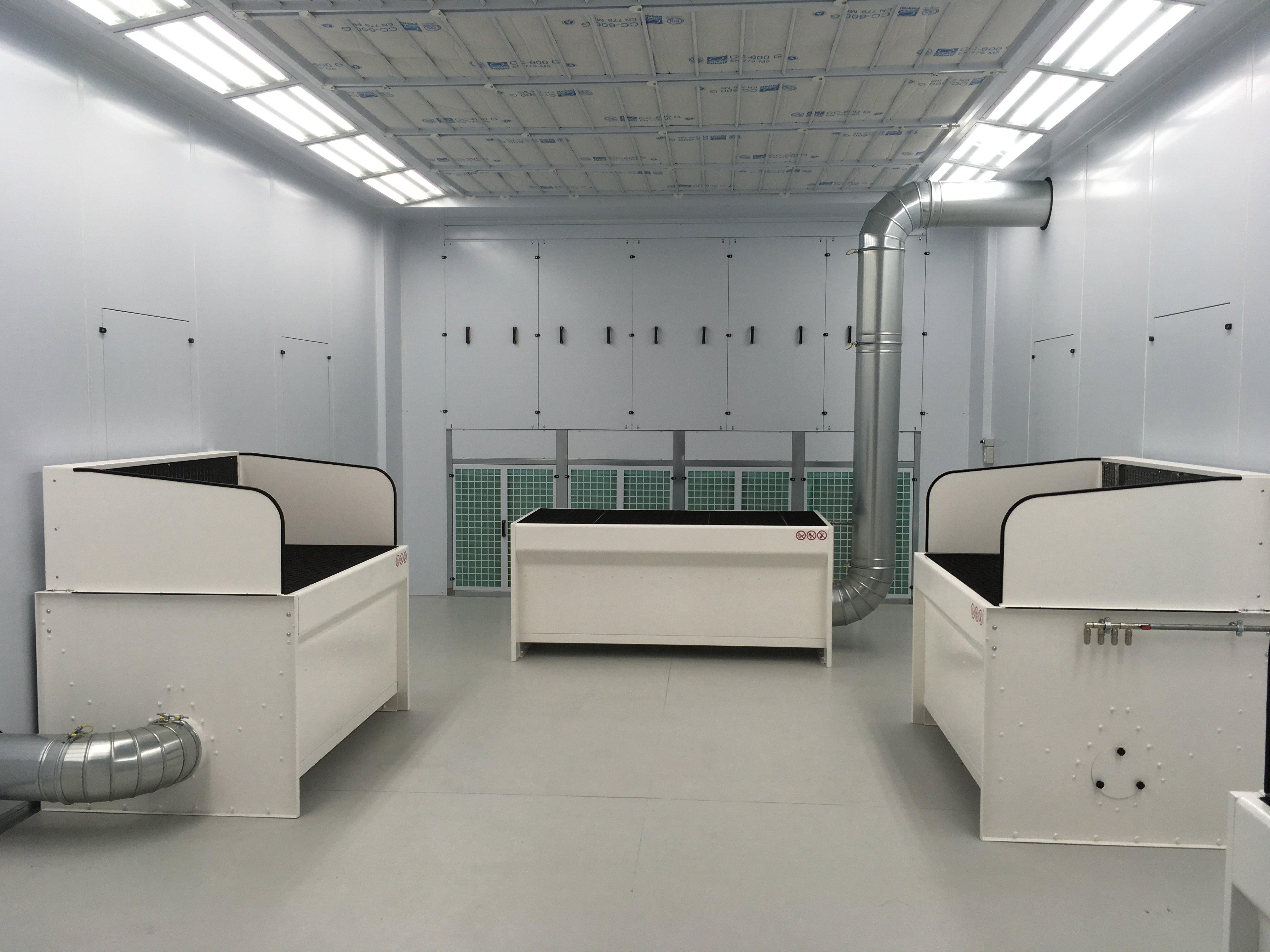 vista interna di impianto con banchi aspiranti