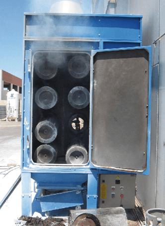 impianto di color blu con una porta aperta e il fumo mentre esce fuori