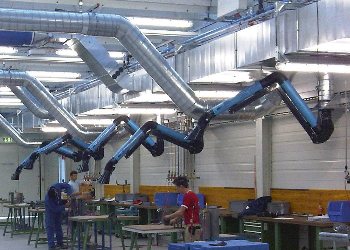 addetti lavorano all`interno di una fabbrica