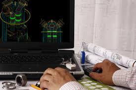 una persona durante un lavoro al computer