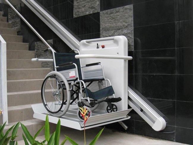 il montascale con pedana su scale curve per anziani e disabili in carrozzina-officina del disabile-Torino