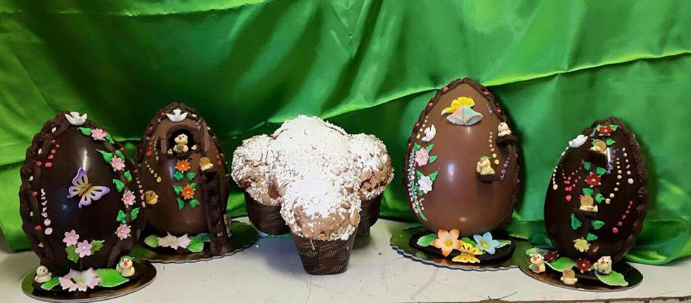 Quattro modelli di uova di Pasqua decorati con farfalle,pulcini .fiori e colori e un bizcocho speciale