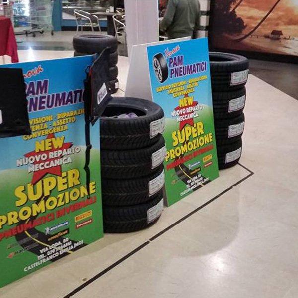 pila pneumatici e cartelloni promozioni