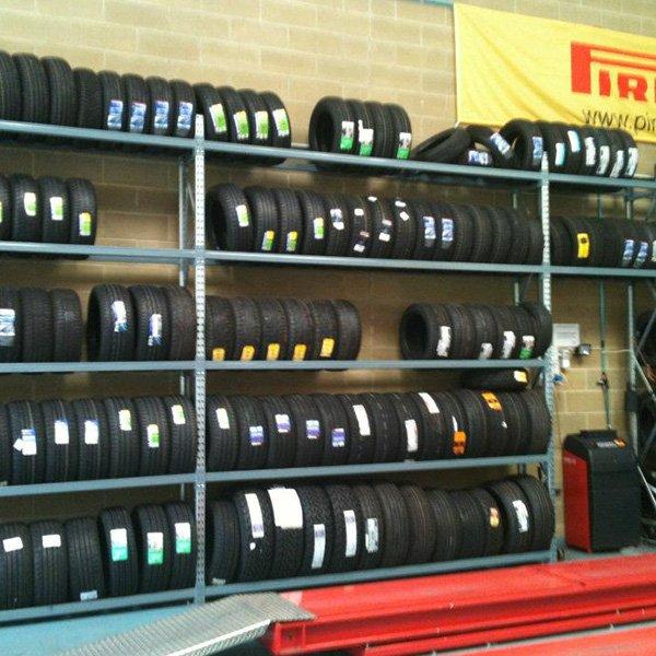 scaffali pieni di pneumatici