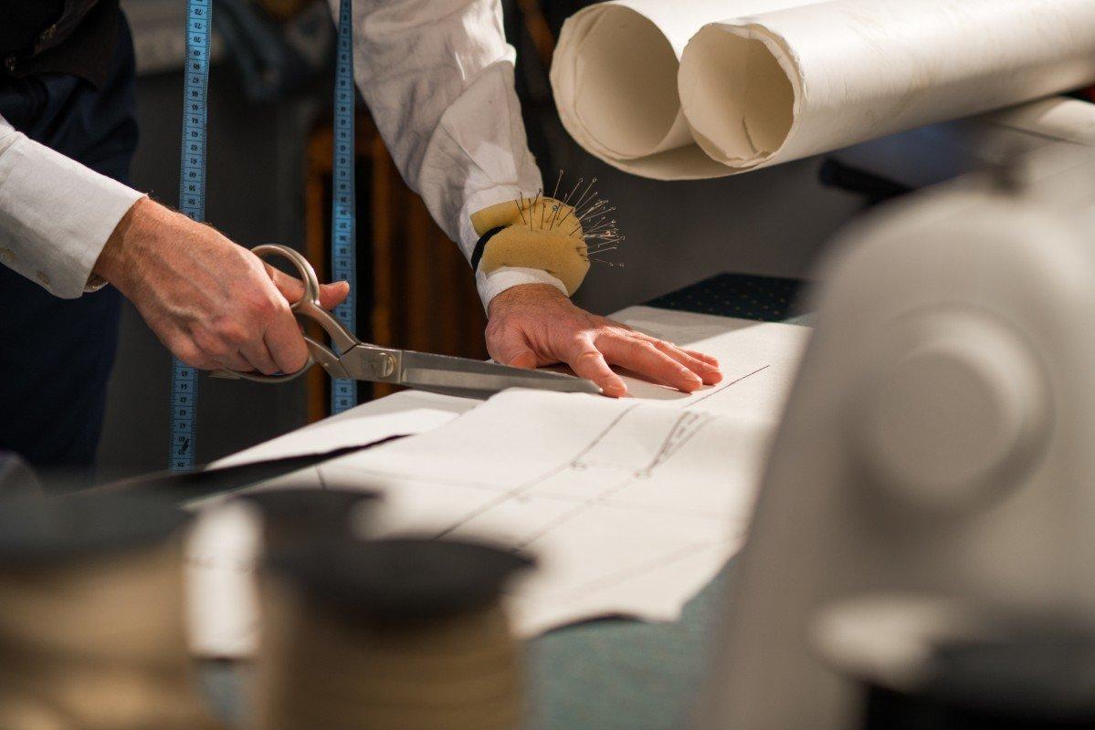 L'uomo intagli un manicotto di disegno fatto di carta