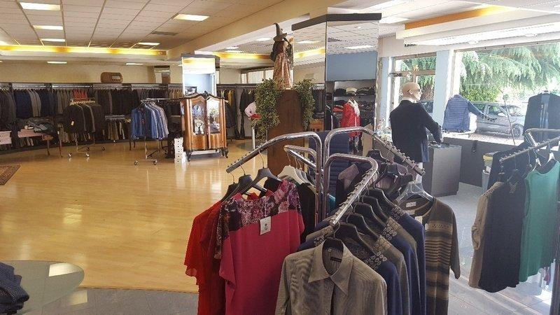 abbigliamento uomo donna all'interno del negozio