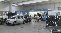 autovetture in riparazione all'interno di officina