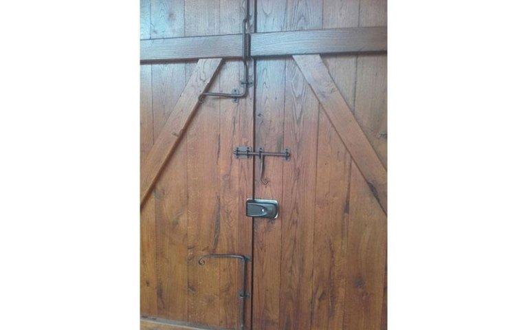 portone antico con serratura  falegnameria Volvera