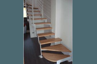 scale in legno chiaro