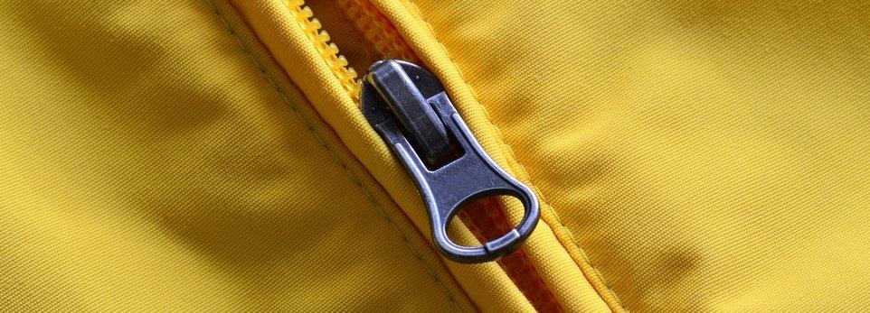 una zip su una giacca gialla