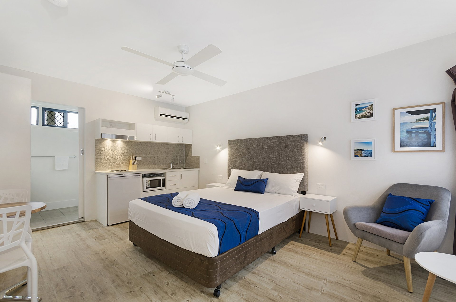beach-house-motel-room-with-beds