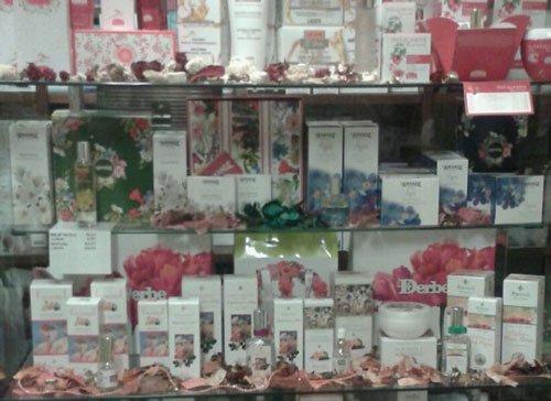 Delle mensole con dei prodotti e decorazioni con petali