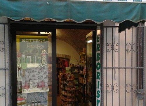 Vista dell'entrata all' Erboristeria Bottega Natura