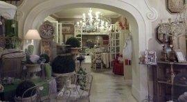 lampadari, mobili decapè, servizi per la tavola